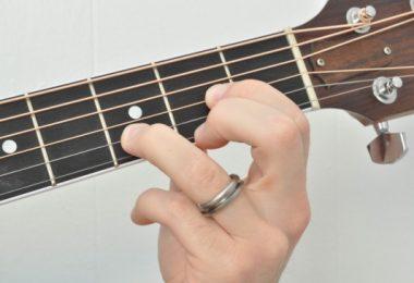 Cách chuyển hợp âm nhanh khi tập guitar